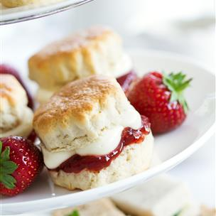 Strawberries and cream on biscuits